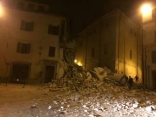 Италию снова сильно сотрясло. Огромные разрушения, есть жертвы