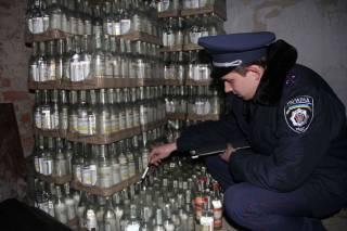 В Кривом Роге два деятеля прямо в гараже наладили производство водки