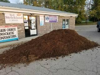 В штате Огайо кто-то вывалил кучу навоза у офиса демократов. И это уже не первый раз