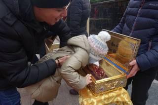 Православные греки подарили украинцам башмачок от святых мощей Спиридона Тримифунтского
