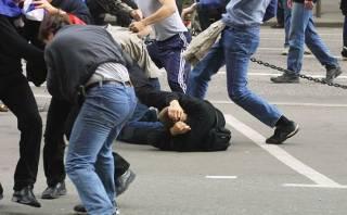 В центре Киева опять протесты. Митингующие пытаются поджечь шины