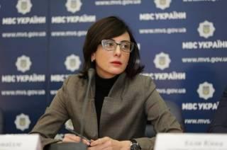Деканоидзе признала, что полицейские работают очень плохо. Поэтому им поднимут зарплату