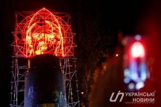 На месте памятника Ленину в Киеве теперь одно «Бесконечное празднование»