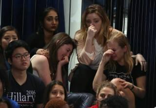 В штабе Клинтон, по сути, признали поражение. Сторонники рыдают