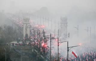 В Польше избили поджигателей украинского флага