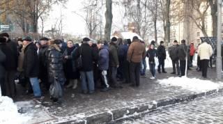 В центре Киева понемногу начинают собираться люди. Правоохранители и металлоискатели уже давно там