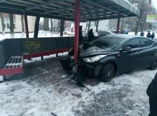В Киеве гололед: автомобиль едва не снес автобусную остановку