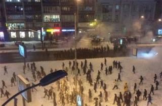 В центре Киева подрались фанаты «Динамо» и «Бешикташа». Разгромлен обменник, разбиты чужие машины
