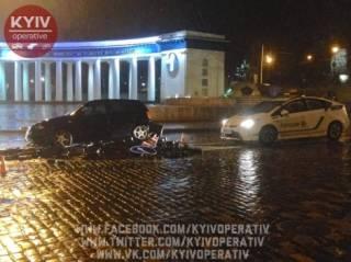 В центре Киева автомобиль снес памятник героям Небесной сотни