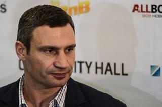Кличко-старший получил почетную награду из рук боксера, попавшего в базу «Миротворца»