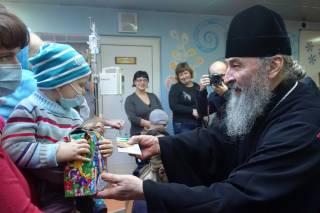 Предстоятель УПЦ поздравил маленьких пациентов Нацинститута рака с днем святого Николая