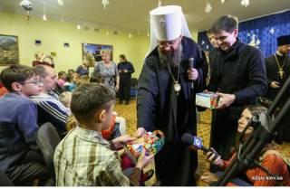 Митрополит УПЦ вручил подарки детям, потерявшим свои семьи
