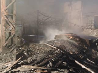 В Киеве произошел пожар на заводе «Киевтрактордеталь». Огонь охватил площадь около 2 тыс. кв. м.