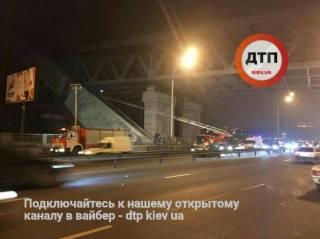 В Киеве с недостроенного моста сняли подростков