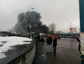В Киеве горит рынок. Закрыты две станции метро