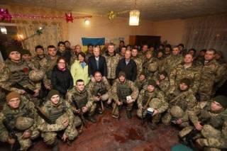 Порошенко приехал на передовую, чтобы лично поздравить бойцов с Новым годом. Привез с собой катер и американцев