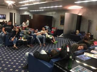 Украинцы, трое суток жившие в аэропорту Объединенных Арабских Эмиратов, уже летят домой