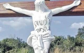 В Умани неизвестные осквернили распятия Христа. Возможно, это ответ на свиную голову в синагоге