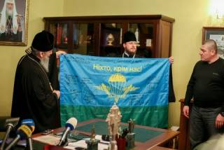 Киборги подарили Митрополиту Онуфрию флаг защитников Донецкого аэропорта