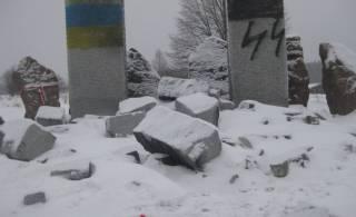 «Эстафета вандализма»: на Львовщине неизвестные разгромили Мемориал полякам, уничтоженным дивизией СС «Галичина»