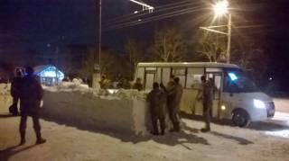 Житомирских курсантов заставили из снега строить автобусную остановку с противотанковыми башнями
