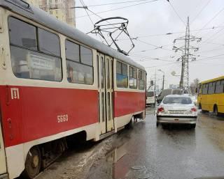 В Киеве трамвай сошел с рельсов из-за сугроба посреди путей
