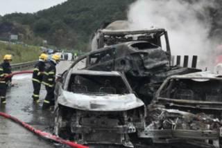В Китае из-за крупного ДТП загорелись сразу семь автомобилей. Есть жертвы