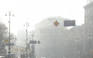 Киев опять окутал густой смог. Киевляне подозревают, что горит львовский мусор