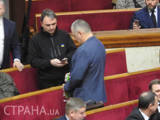 Народный депутат принес в Верховную Раду «Московскую» водку с акцизной маркой «ДНР»