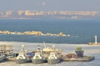 Пока ВМС Украины проводят учения, их флагмана в Одессе «захватили» льды