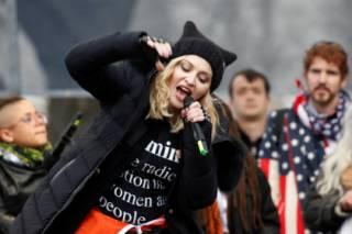Митинг против Трампа собрал больше людей, чем его инаугурация. Мадонна хотела взорвать Белый дом