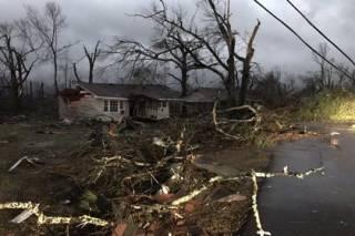 Разрушительный торнадо в США забрал жизни 15 человек. Синоптики предупредили о новой волне непогоды