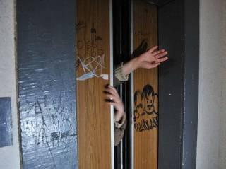 В Киеве функционируют около 10 тысяч «просроченных» лифтов. Один из них на днях уже сорвался