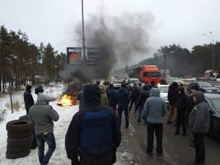 Активисты блокируют въезд в Киев и жгут шины