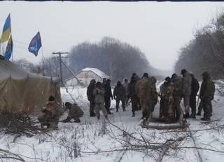 Ветераны АТО остановили поезд, ехавший к оккупантам. И хотят его приварить к рельсам