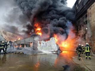 В Киеве на Подоле горят склады с горючим