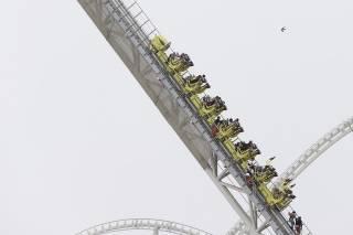 В Абу-Даби 24 любителя «американских горок» застряли на высоте 17-го этажа