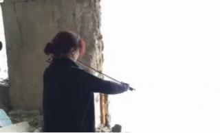 Скрипачка из симфонического оркестра Германии сыграла гимн Украины в разрушенной Авдеевке