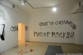 В Киеве неизвестные разгромили выставку, критикующую итоги Евромайдана