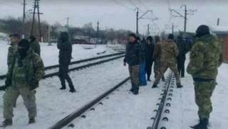 Военных, которые присоединились к блокаде Донбасса, срочно отозвали из отпуска. Даже автобусы за ними прислали