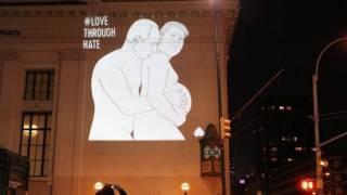 На домах Нью-Йорка появилась фотография Путина, целующего беременного Трампа