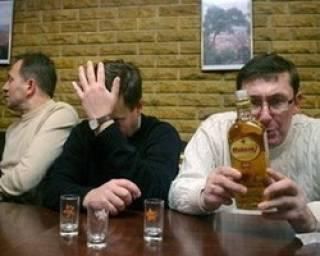 Экс-нардеп рассказал, как дал Луценко крупную взятку, после чего выпил с ним две бутылки виски