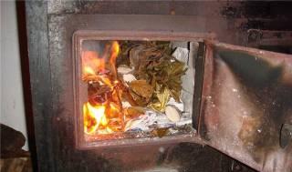 Из-за неподъемных тарифов на газ украинцы топят печи хламом и книгами