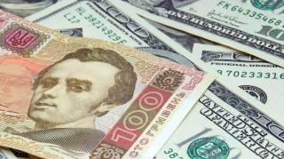 На рынках и в торговых центрах Украины продавцы переходят на валюту. Всему виной нестабильный курс