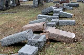 Неизвестные вандалы продолжили жуткую вакханалию на еврейских кладбищах в США