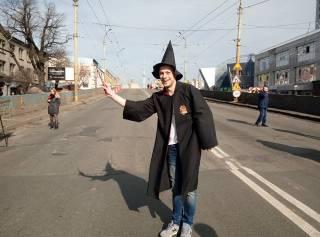 Мост может спасти только магия. По Шулявскому путепроводу бродит «Гарри Поттер» и читает «заклинания»