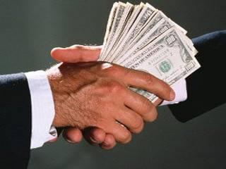 При средней зарплате в 144 евро размер средней взятки в Украине достигает 1350 евро