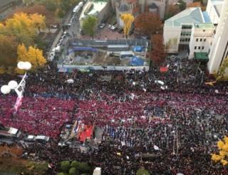 В ходе массовых гуляний по случаю импичмента президента в Сеуле погибли двое южный корейцев