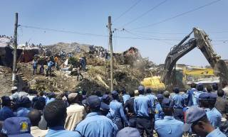 В Эфиопии произошел оползень на свалке. 35 погибших, десятки пропавших без вести