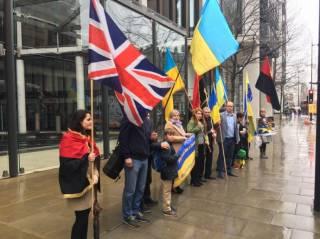 Активисты пикетировали апартаменты Ахметова в Лондоне